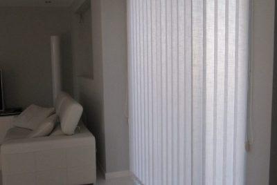 salon moderno cortinas verticales blancas