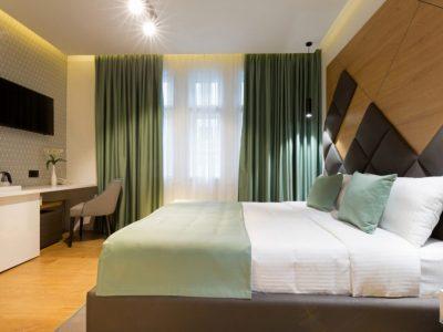 visillo blanco y cortina gruesa habitacion