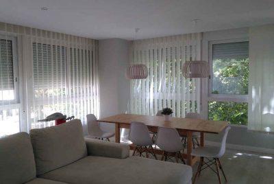 cortinas verticales en salón moderno